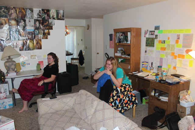 2015-12-28 Sisters in Yakima apartment (6)
