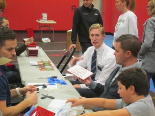 2016-10-11-yakima-missionaries-serve-49